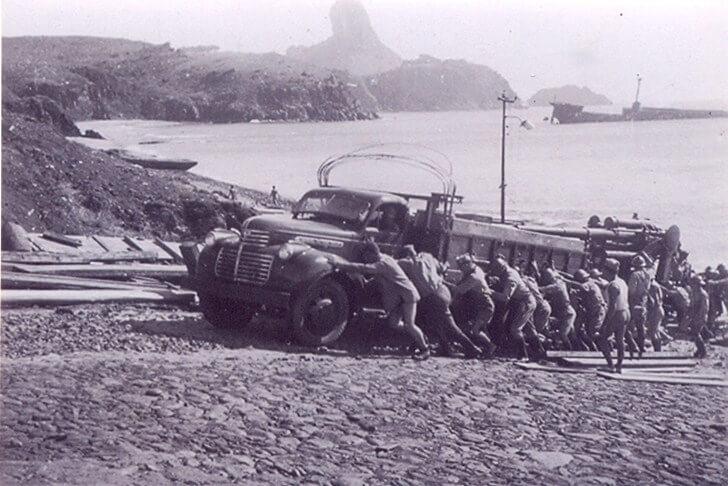 Soldados descarregam mantimentos no Porto